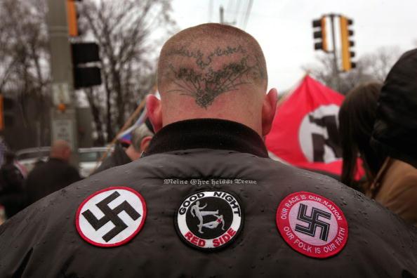 ネオナチ「Neo-Nazis Protest Outside Skokie Holocaust Museum Dedication」:写真・画像(3)[壁紙.com]