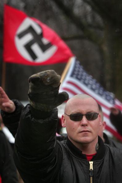 ネオナチ「Neo-Nazis Protest Outside Skokie Holocaust Museum Dedication」:写真・画像(19)[壁紙.com]