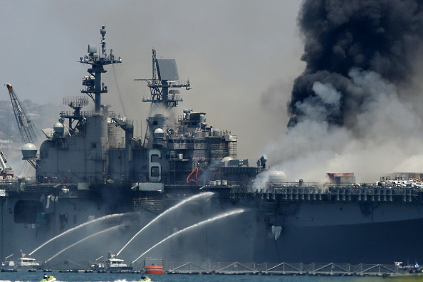 San Diego「Navy Ship USS Bonhomme Richard Burns At Naval Base In San Diego」:写真・画像(14)[壁紙.com]
