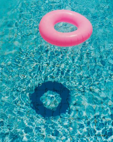 プール「Pink Inflatable Ring in Pool」:スマホ壁紙(13)