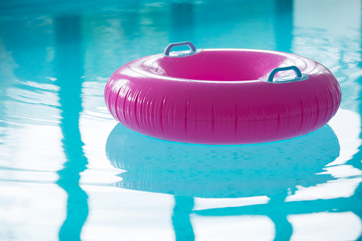Tube「Pink inflatable ring floating in pool」:スマホ壁紙(8)