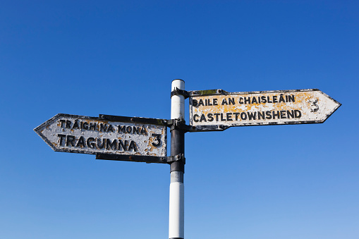 Bilingual「Road sign in english and gaelic pointing to castletownshend and tragumna」:スマホ壁紙(17)