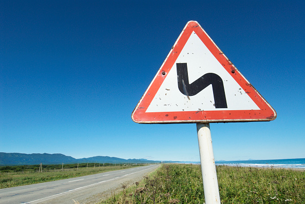 Curve「Road sign in rural Sakhalin Island in Russian Far East」:写真・画像(2)[壁紙.com]