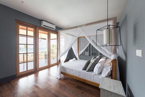 Resort「Modern hotel room with wooden floor」:スマホ壁紙(10)