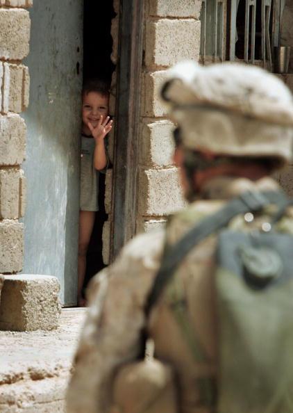 Focus On Background「U.S. Marines Provide Security For Fallujah」:写真・画像(5)[壁紙.com]