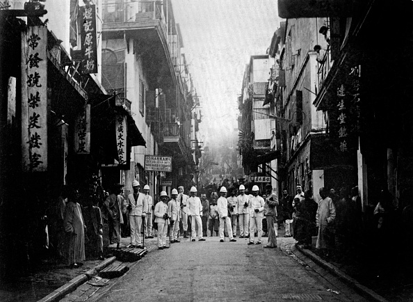Bubonic Plague「Hong Kong, c; 1890 : plague inspectors in a street of the town (the illness broke out in the 1890's in the western district and continued sporadically until the 1920's)」:写真・画像(19)[壁紙.com]