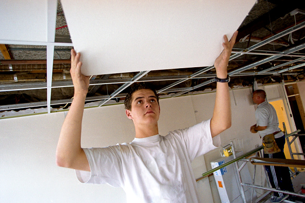 Ceiling「Young builder fixing ceiling.」:写真・画像(4)[壁紙.com]