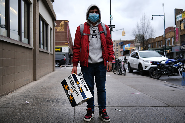 Men「Coronavirus Pandemic Causes Climate Of Anxiety And Changing Routines In America」:写真・画像(6)[壁紙.com]