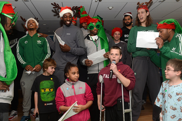 Evan Turner「Boston Celtics Bring Holiday Spirit To Boston Children's Hospital」:写真・画像(2)[壁紙.com]