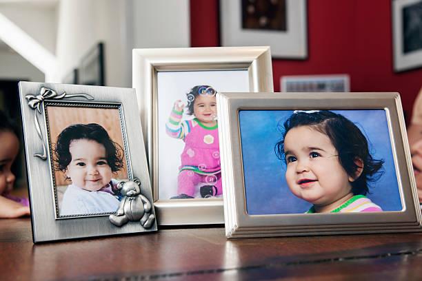 USA, Texas, Dallas, Children's portraits in frames on table:スマホ壁紙(壁紙.com)