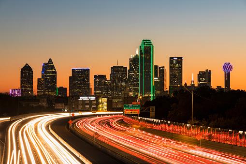 Light Trail「USA, Texas, Dallas, skyline and Tom Landry Freeway, Interstate 30 at night」:スマホ壁紙(13)