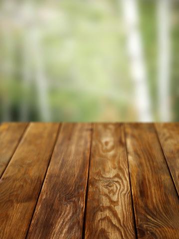 Outdoors「近くの古い松林ピクニックテーブル」:スマホ壁紙(1)