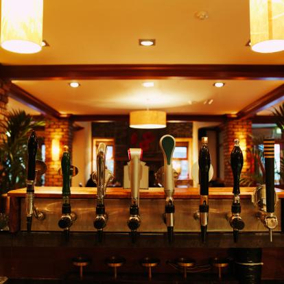 スイセン「Close-up of beer taps in bar」:スマホ壁紙(2)