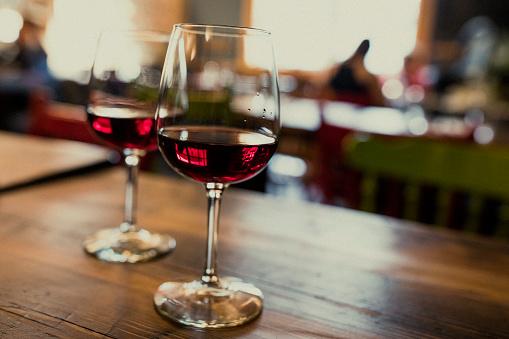 Defocus「テーブルの上の赤ワインを 2 杯のクローズ アップは、自然光で撮影。」:スマホ壁紙(18)