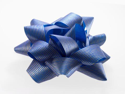 Gift「Close-up of blue and silver ribbon, studio shot」:スマホ壁紙(1)