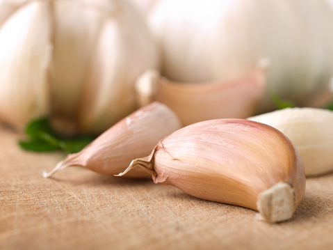 Garlic Clove「Close-up of garlic cloves laying on a table」:スマホ壁紙(0)