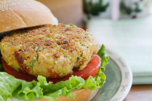 Beefsteak Tomato「Close-up of a veggie burger with lettuce and tomatoes」:スマホ壁紙(15)