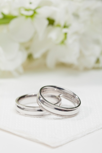 結婚「Close-up of wedding rings with white flowers in background」:スマホ壁紙(8)