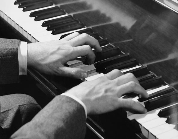 楽器「Close-up of hands on piano keys」:写真・画像(7)[壁紙.com]