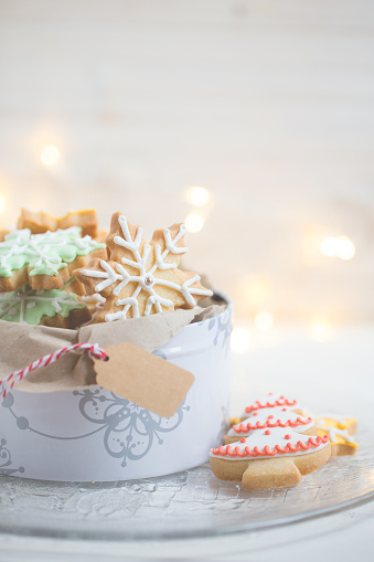 Cookie「Close-up of a tin of Christmas cookies」:スマホ壁紙(4)