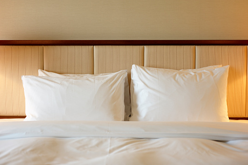 Headboard「Close-up of white linens over a luxury hotel bed」:スマホ壁紙(10)
