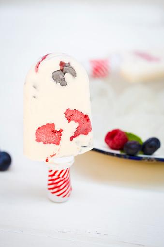 アイスクリーム「Close-up of a milk ice cream with raspberries and blueberries」:スマホ壁紙(12)