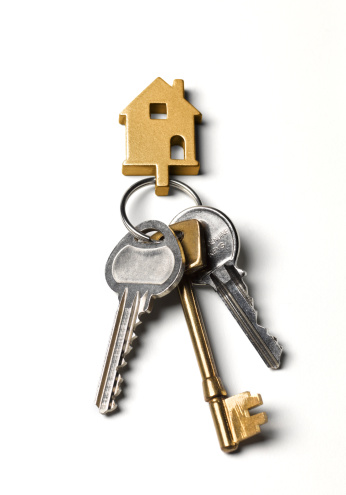 アクセスしやすい「Close-up of house keys on white background」:スマホ壁紙(19)