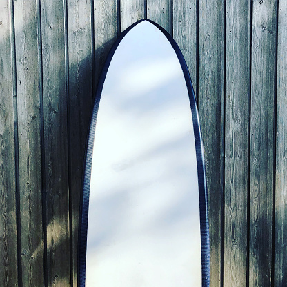 Surfing「Close-up of a surfboard leaning against a wooden fence, United Kingdom」:スマホ壁紙(1)