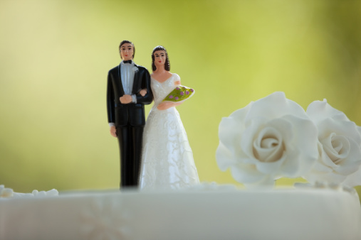 Married「Close-up of figurine couple on wedding cake」:スマホ壁紙(15)