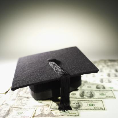 Mortarboard「Close-up of American dollar bills and graduation cap」:スマホ壁紙(9)