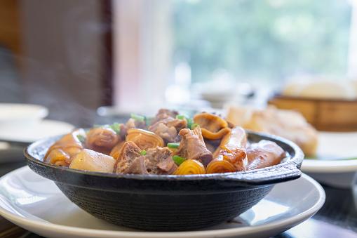 Chinese Steamed Bun「Close-up of Guangdong dum sum named Tenderloin Chee Cheong Fun in the restaurant」:スマホ壁紙(15)