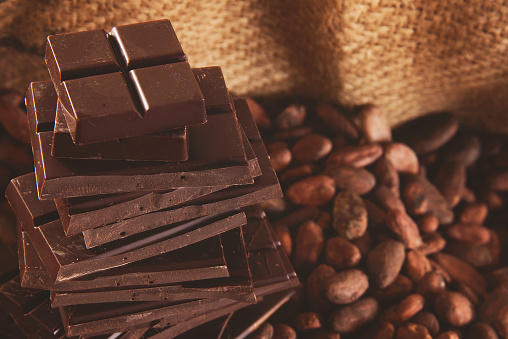 Cocoa「Close-up of milk chocolate bars and coffee beans, Western Cape, South Africa.」:スマホ壁紙(19)