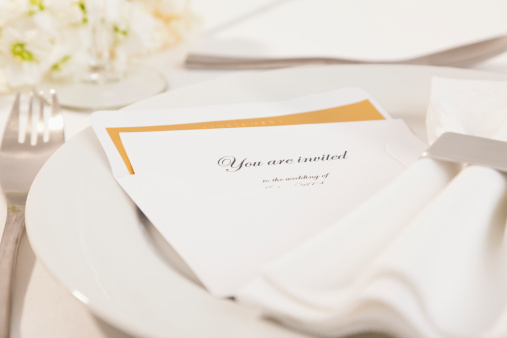 結婚「Close-up of wedding invitation on plate」:スマホ壁紙(10)