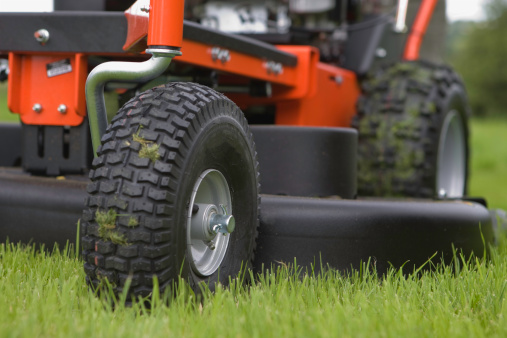 Lawn Mower「Close-up of the wheels and base of a working lawn mower」:スマホ壁紙(17)