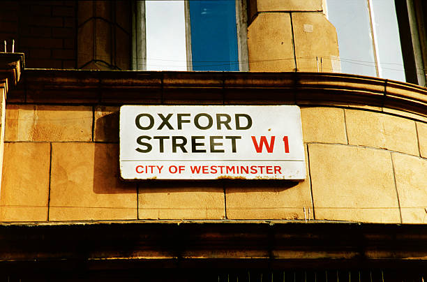 Close-up of a sign with oxford street w1 city of Westminster painted on it:スマホ壁紙(壁紙.com)