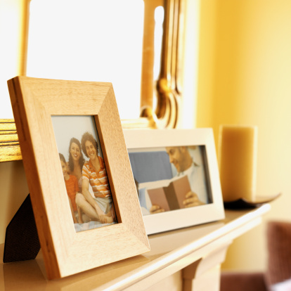 炉棚「close-up of picture frames on a mantelpiece」:スマホ壁紙(12)