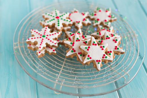Cookie「Close-up of a plate of snowflake and star shaped cookies」:スマホ壁紙(0)