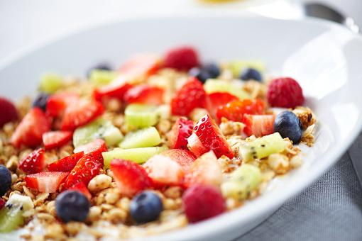 Kiwi「Closeup of fresh fruit on yougurt and muesli」:スマホ壁紙(12)