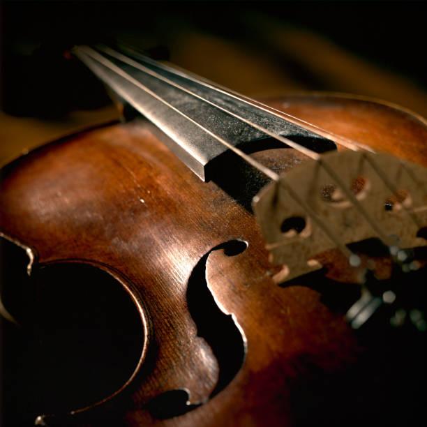 Close-up of Violin Strings and Body, Low Key:スマホ壁紙(壁紙.com)