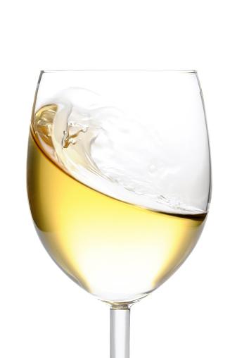 波「クローズアップの分離白ワイングラスに白背景」:スマホ壁紙(19)