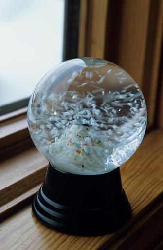 雪だるま「Close-up of snow globe on window ledge, close-up」:スマホ壁紙(15)