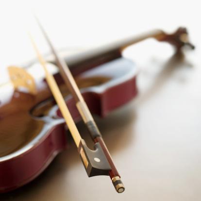 Violin「Close-up of a bow resting on a violin」:スマホ壁紙(5)