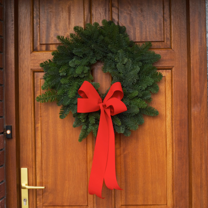 Part of a Series「Close-up of a Christmas wreath on a front door」:スマホ壁紙(17)