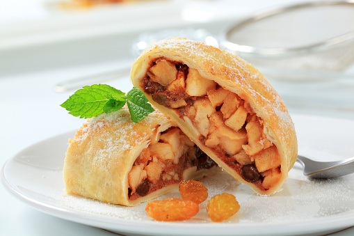 Mint Leaf - Culinary「Close-up of a slice of apple strudel cake」:スマホ壁紙(0)