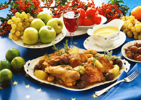 Meal「close-up of a platter of chicken served with red wine and fresh fruits」:スマホ壁紙(17)