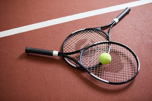趣味「テニスコートの床、スポーツ、趣味のコンセプトに薄い緑色のボールが横たわっている黒いモダンなラケットのクローズアップ」:スマホ壁紙(16)