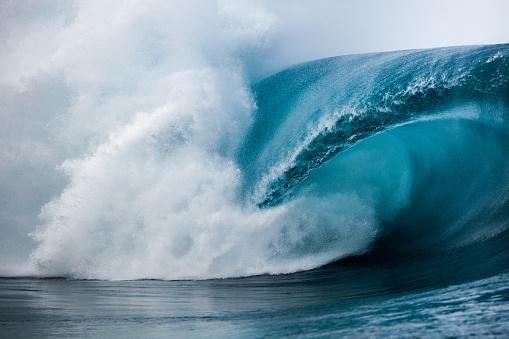 Vitality「Close-up of wave breaking over reef, Tahiti, French Polynesia」:スマホ壁紙(16)