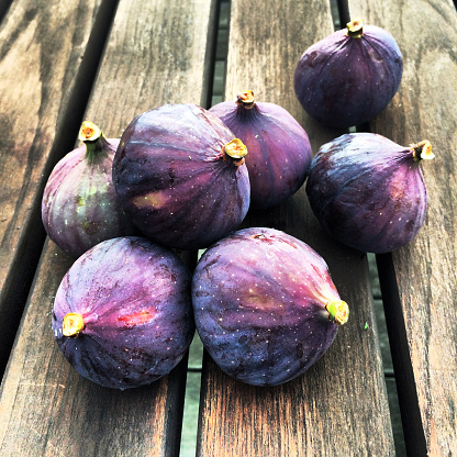 イチジク「Close-up of figs on a table」:スマホ壁紙(13)