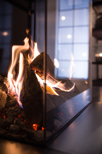 Log「close-up of a fireplace with gas fire. Biofireplace burn on ethanol gas. Contemporary mount biofuel on ethanol fireplot fireplace close-up. Modern smart ecological alternative technologies. Interior design of a house inside」:スマホ壁紙(0)