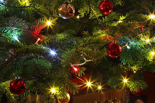 Christmas Cracker「Close-up of decorations & lights on Christmas tree.」:スマホ壁紙(1)